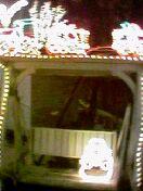 椅子のところに雪だるまが座ってます。上には蒸気機関車が。。って分からないですね