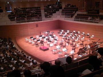 開演前のステージの様子です。少し小ぶりの弦かな?