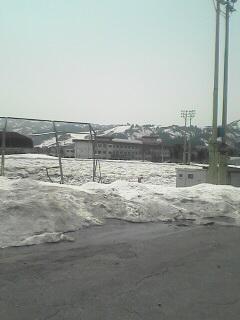 ヤミー裏の様子。グランドに雪がたくさんあります