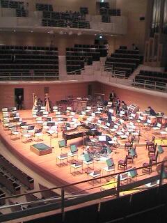 真ん中に蓋を取ったピアノと右側にベース、ドラムがあります。分かりますでしょうか?