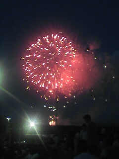 一番最初の花火です。あちこちで携帯電話で写真を撮る光景が。。