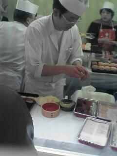 職人技でどんどん寿司が握られていきます