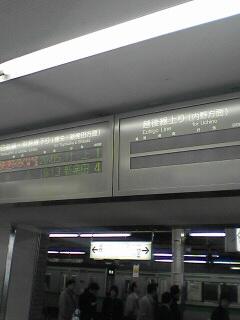 左側が白新線、右が越後線の発車案内です