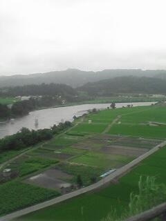 越後川口SAから上流側を見ました。下り線からだと確か魚野川と信濃川の合流地点が見えたはず