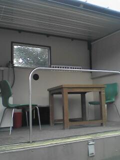 中の様子。机や椅子の他にガスコンロなどもありました