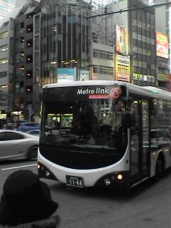 こんなバスです。正面右上の「Metro link」の文字が目印です