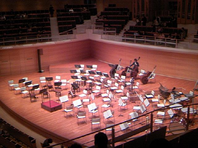 開演前のステージの様子。対向配置+Bassが後ろです