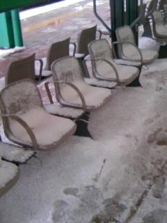 新潟駅のホームにて。椅子に雪が積もって座れません。。