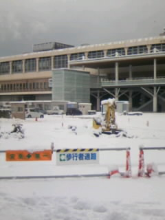 雪に埋まった新潟駅南口の工事現場