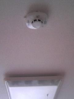 寝室に取り付けられた火災報知器です